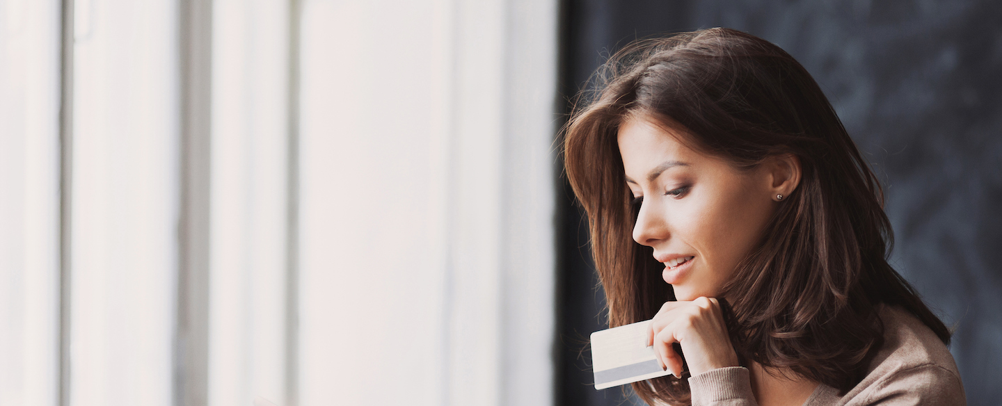 Young woman shopping with the Mastercard Gold Card