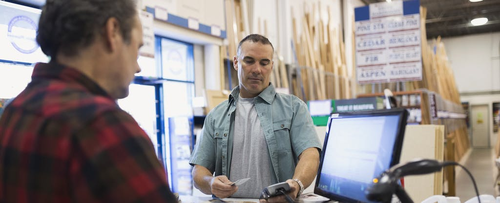 Man paying with credit card with low purchase APR